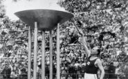 Helsinki 1952-Paavo NURMI (FIN) allume la flamme olympique.