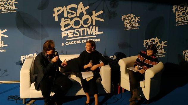 Hilla Okkonen Pisa Book Festival nel 2018 con lo scrittore Kjell Westö